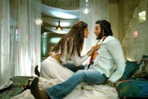 Deepika-Ranveer-Ram-Leela-Movie-Hot-Stills _2_